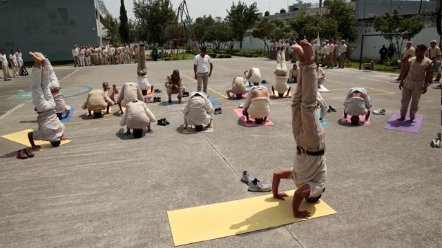 Dejan adicciones por yoga y ejercicio 26 mil en reclusorios de la CDMX